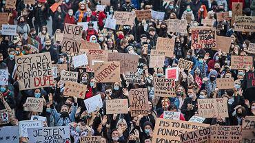 Strajk Kobiet - demonstracja przeciw zaostrzaniu prawa aborcyjnego. Łódź 27 października 2020