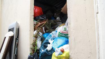 Przepełniona altana śmietnikowa na Mokotowie