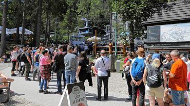 Tłumy w Tatrach. Kilkugodzinne kolejki na szlaki irytują turystów