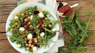 Sałatka z ciecierzycy jest bardzo smaczna i sycąca - sprawdzi się i na kolację, i na pożywny lunch