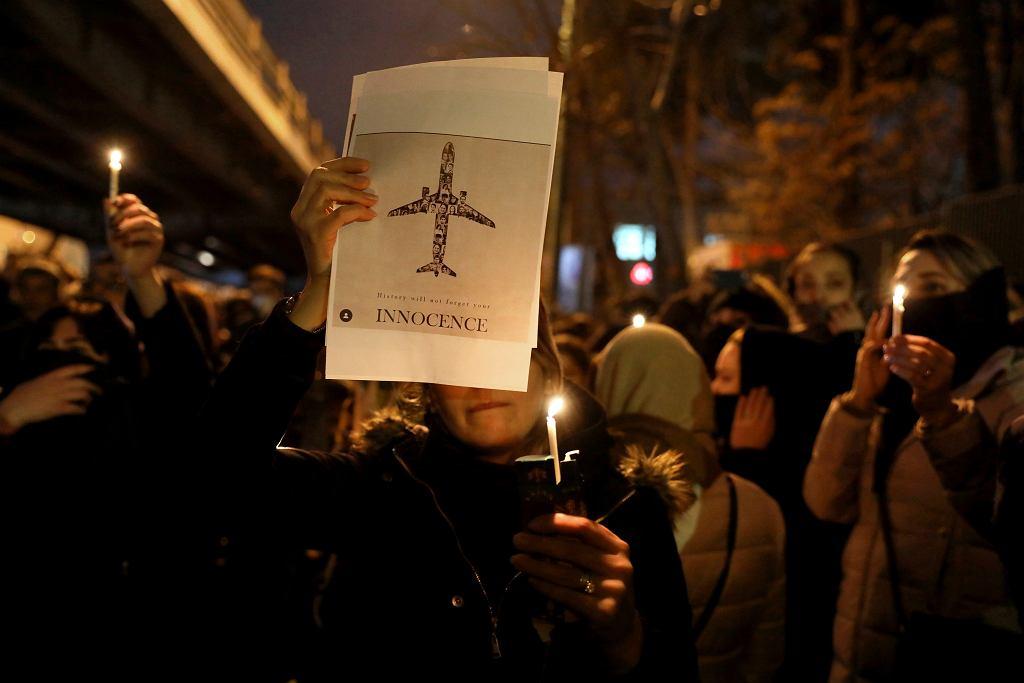 Teheran. Upamiętnienie pasażerów zestrzelonego omyłkowo samolotu i protest antyrządowy