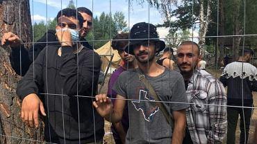 Irakijczyk Kadhim (w kapeluszu) dostał się na Litwę, poprosił tam o azyl