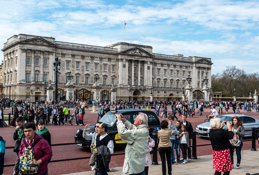 Turyści przed Buckingham Palace w Londynie