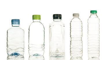Na pokład samolotu zabierzcie pustą plastikową butelkę i uzupełnijcie ją wodą z kranu (która jak wiemy, jest tak samo dobra, jak woda mineralna) po przejściu przez bramki. Zaoszczędzicie przynajmniej 5 euro.