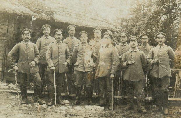 Podoficerowie Lanwehr-Infanterie-Regiment 61 ze składu 85. Landwehr-Division odznaczeni Krzyżami Żelaznymi za walki podczas kampanii letniej 1915 roku na froncie wschodnim. Drugi z prawej to Jacob Murawski (pradziadek Marka Murawskiego). W środku - dowódca pułku, Oberstleutnant Kurt Feldtkeller, właściciel majątku Kleefelde (Koniczynka pod Toruniem), później - w okresie międzywojennym Przewodniczący Rady Nadzorczej Cukrowni Chełmża i pracodawca mojego pradziadka Marka Murawskiego, który zajmował w jego majątku stanowisko Stallmeister, czyli masztalerz (fot. archiwum prywatne)
