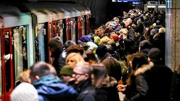 Tłum pasażerów na stacji Młociny podczas porannego szczytu