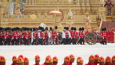 Procesja pogrzebowa na ulicach Bangkoku. W tle widać królewskie królewskie