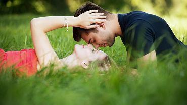 Para ludzi leży w trawie. Zdjęcie ilustracyjne