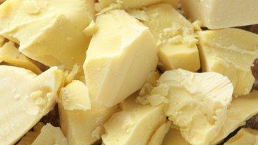 Masło kakaowe znajdziemy w szerokiej gamie produktów, np.: czekoladzie, kosmetykach (również tych do opalania), a także czopkach i globulkach.