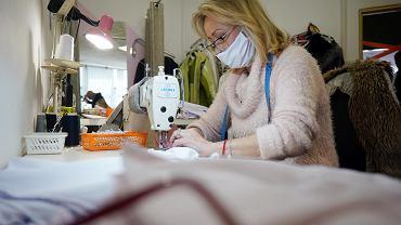 Częstochowa, 24.03.20, centrum handlowe 'Promenada'. Pracownice zakładu krawieckiego szyją charytatywnie maseczki ochronne dla szpitali i służb z powodu epidemii koronawirusa,