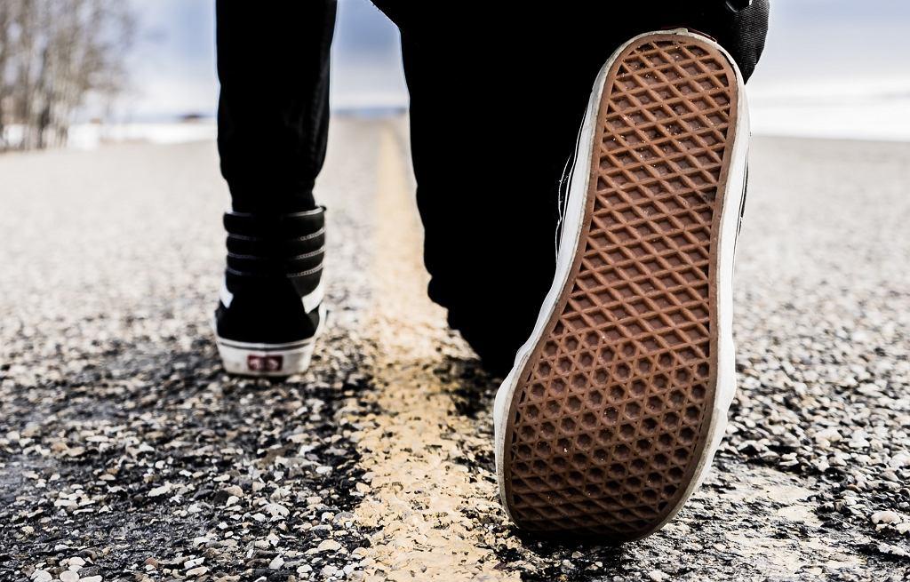 Czy koronawirus może przenosić się na butach?