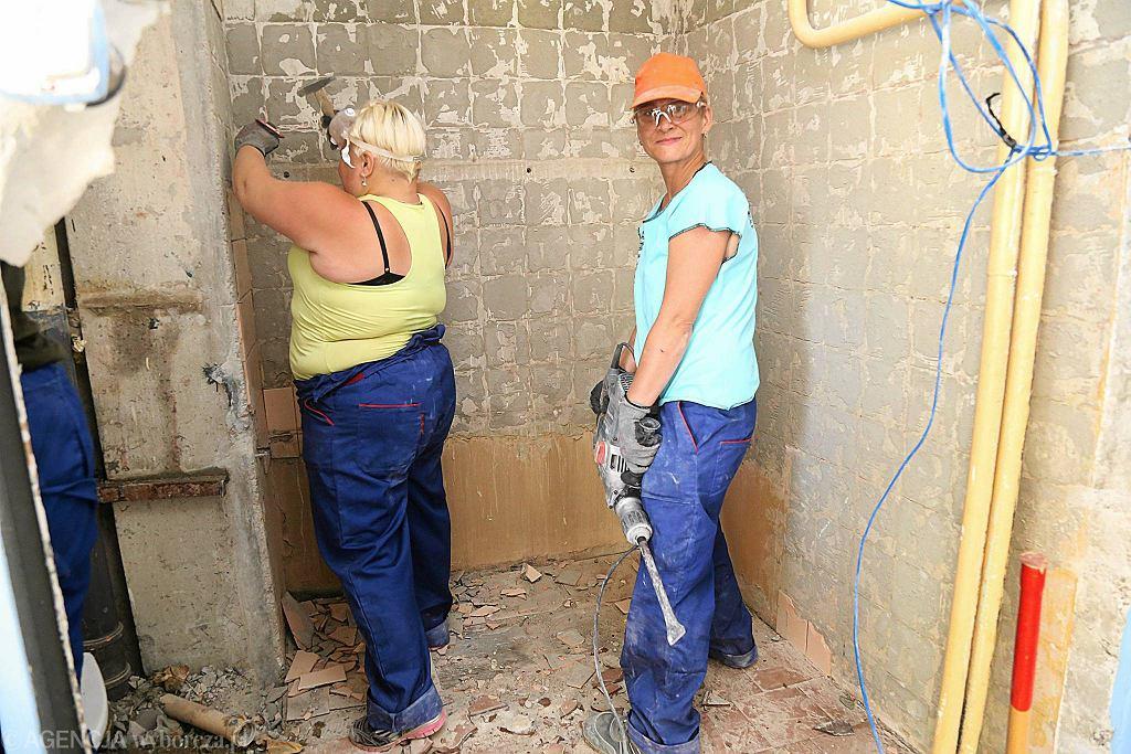 Uczestniczki projektu Stowarzyszenia Ku Dobrej Nadziei uczą się fachu pracownika budowlanego