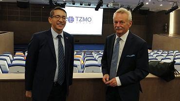 Ambasador Indii Tsewang Namgyal (z lewej) zwiedził biurowiec TZMO w towarzystwie prezesa firmy Jarosława Józefowicza