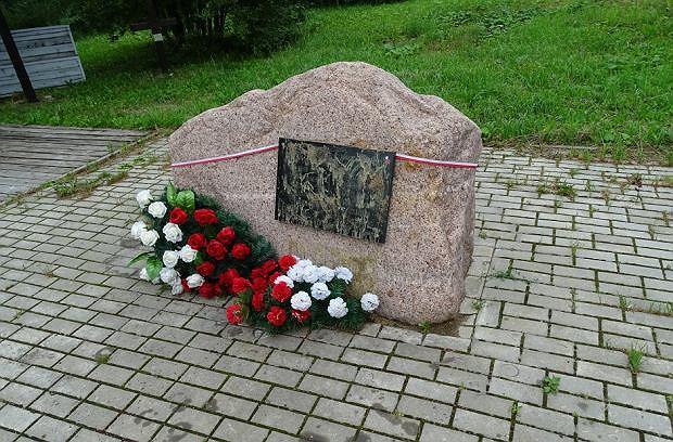 Głaz z tablicą upamiętniającą ofiary katastrofy w Smoleńsku