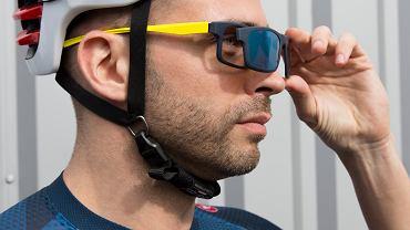 Okulary słoneczne w podróży zawsze warto mieć pod ręką. Dostępne są m.in. modele, które łączą korekcję wady wzroku z ochroną przed słońcem