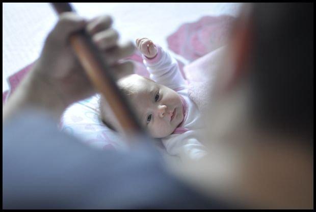 A bobasek będzie słodki nad wyraz i będziecie mu przygrywać w wolnej chwili na gitarce? fot. Unsplash.com)