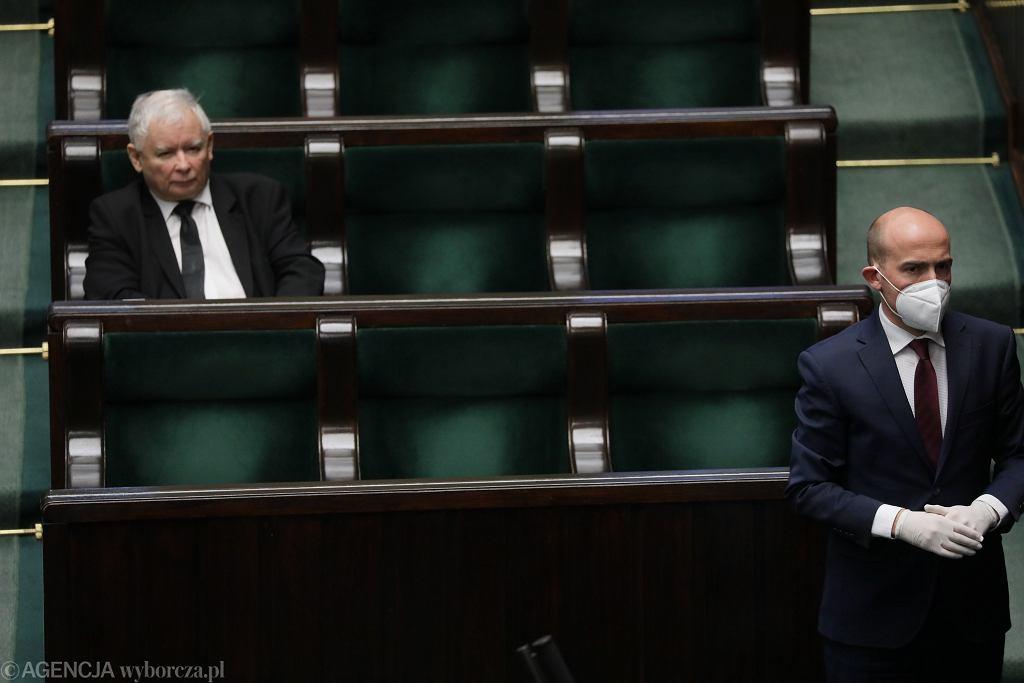 Szef PO Borys Budka i prezes PiS Jarosław Kaczyński na sali plenarnej. Posiedzenie sejmu w dobie pandemii koronawirusa, 6 kwietnia 2020