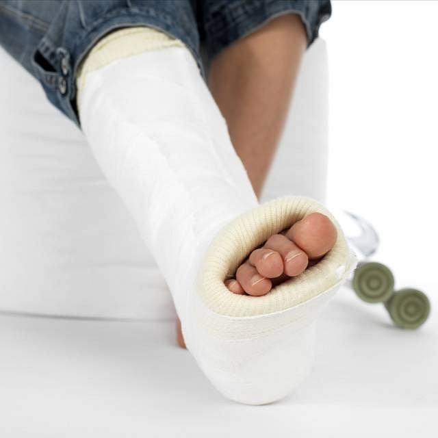 Sposób leczenia złamania zależy przede wszystkim od jego typu. Najczęściej wymaga ono unieruchomienia i umieszczenia kończyny w gipsie