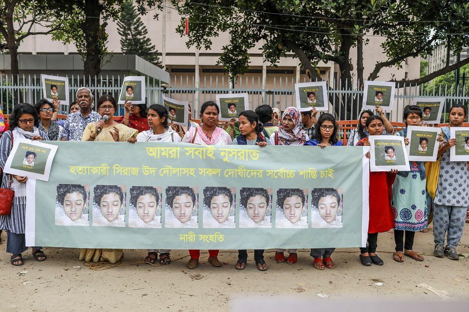 12.04.2019, Dhaka, Bangladesz, manifestacja kobiet ze zdjęciami zamordowanej Nusrat Jahan Rafi.