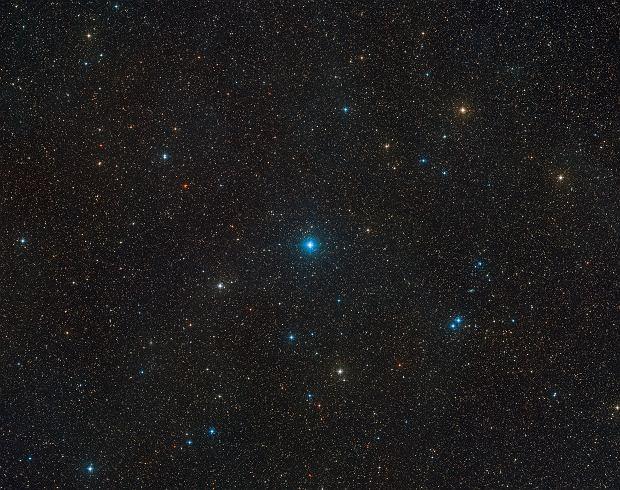 Szeroki wycinek części nieba, gdzie znajduje się układ HR 6819