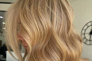 Ten odcień pokochała Jennifer Aniston. Karmelowy blond doda Ci uroku i podkreśli kolor oczu