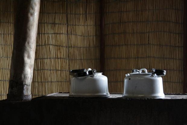 """""""Czaji popijcie"""" emaliowane czajniki stanowią jeden z głównych elementów wyposażenia każdej jurty, obowiązkiem najmłodszego domownika jest pilnowanie aby woda była stale gotowa do zalania herbaty / Jakub Czajkowski"""