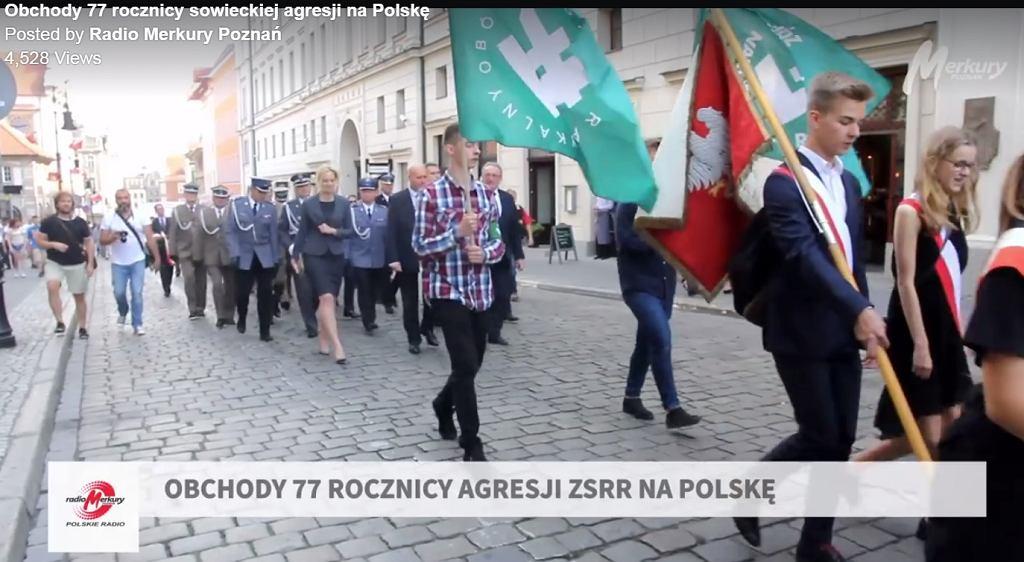 Młodzi mężczyźni z flagami ONR w Poznaniu