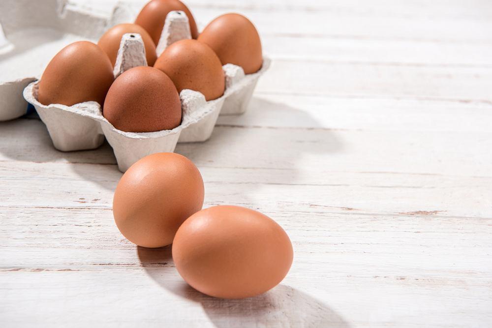 Cholina, inaczej witamina B4, znajduje się m.in. w jajkach, czerwonym mięsie, fasolce szparagowej i ciecierzycy.