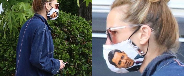 Wyluzowana Julia Roberts spaceruje  w maseczce z wizerunkiem Baracka Obamy. Aktorka postawiła na wygodny dres