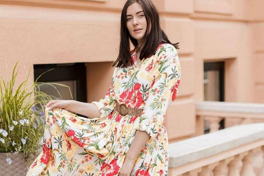 Letnia sukienka w kwiaty, idealna na wakacyjny wyjazd