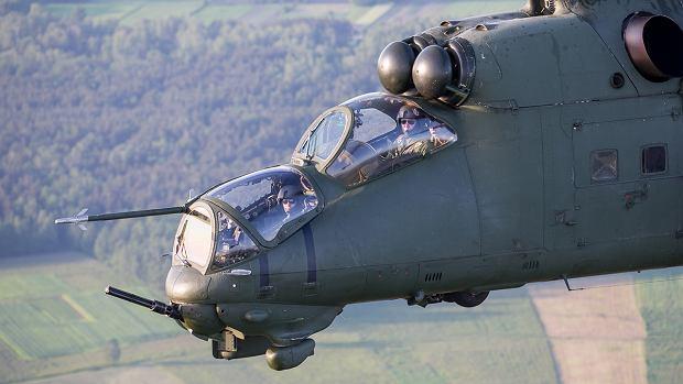 Polski Mi-24. Pierwszy siedzi operator uzbrojenia, za nim i powyżej pilot