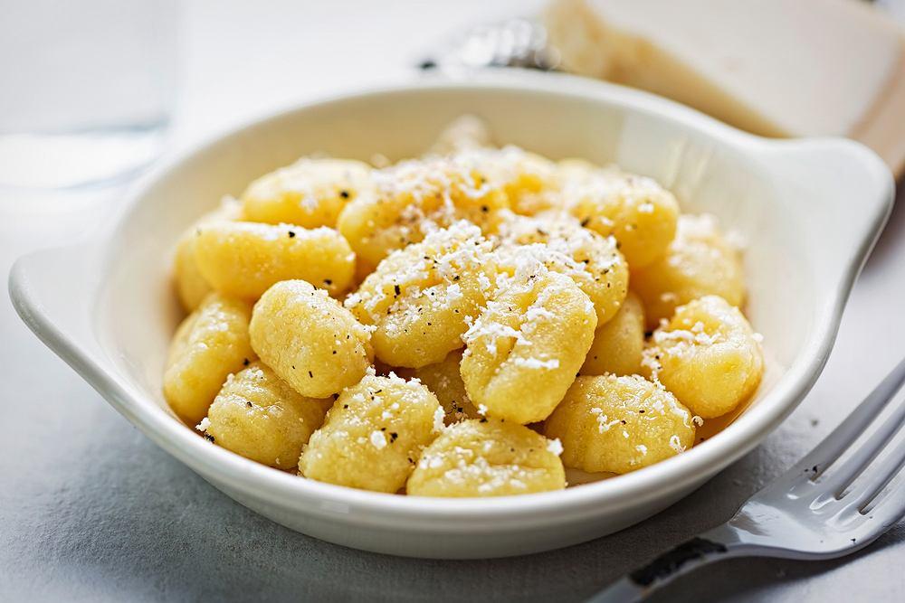 Gnocchi to włoskie kluski ziemniaczane, które bardzo przypominają nasze polskie kopytka