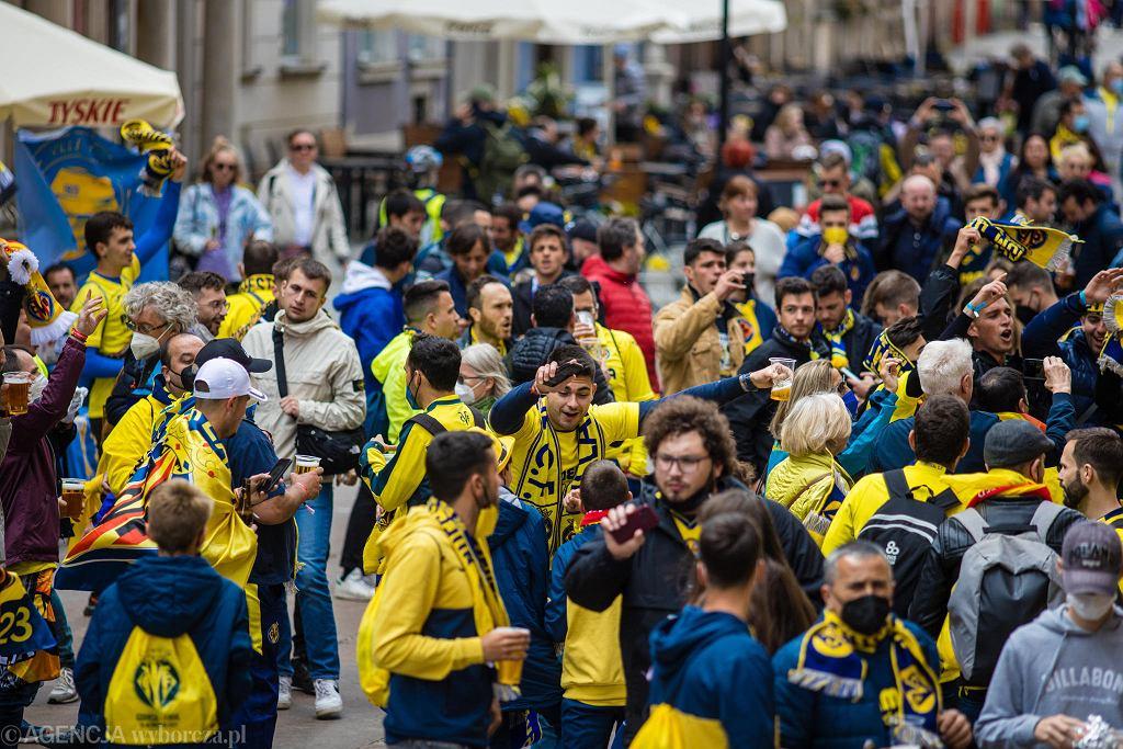 Kibice Villarrealu w charkterystycznych żółtych koszulkach na ulicach Starego Miasta w Gdańsku