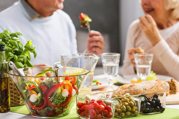 W diecie osób starszych jest za mało warzyw. Niektórzy nie mają nawyku ich jadania. Inni boją się problemów z trawieniem. Ale warzywa można jeść na wiele sposobów, mogą być pocięte i ugotowane jako gulasz czy rozdrobnione w koktajlu