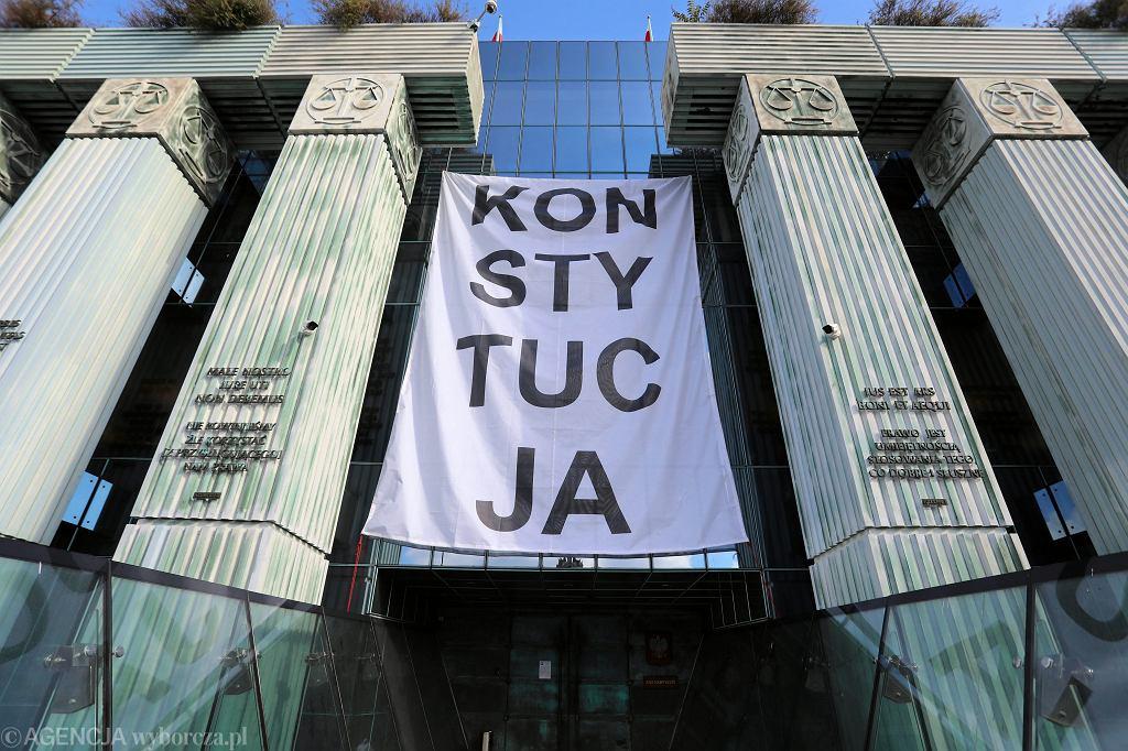 Obywatele RP wieszają baner z napisem 'Konstytucja' na budynku Sądu Najwyższego. Warszawa, 8 października 2018