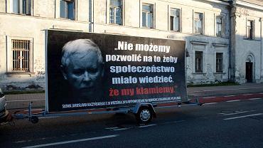'Konwój wstydu' pod siedzibą PiS-u w Warszawie.