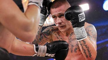 Rafal Jackiewicz podczas Wojak Boxing Night w kopalni soli, Wieliczka, 2013 r. (fot. Mateusz Skwarczek / Agencja Gazeta)