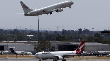 Amerykański samolot P-8 Posejdon stratuje z lotniska w mieście Perth, aby wziąć udział w poszukiwaniach zaginionego boeinga 777
