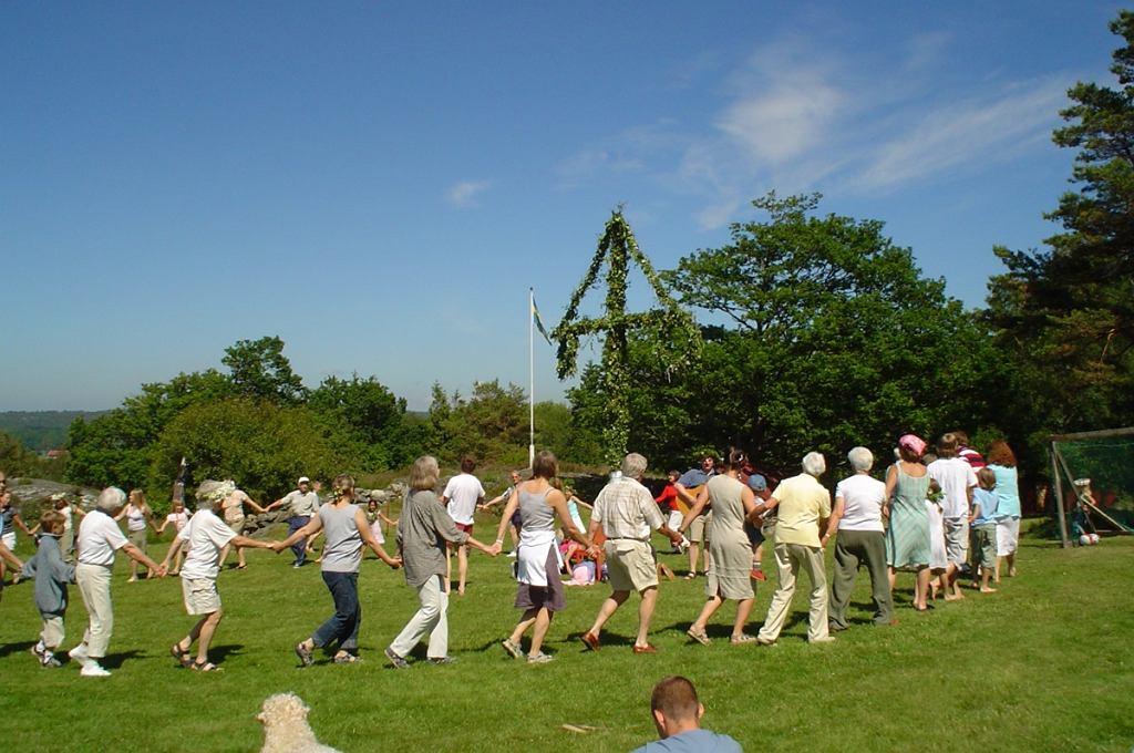 Mitsommar, taniec wokół Słupa Majowego, Szwecja / fot. Mikael Häggström, Wikimedia