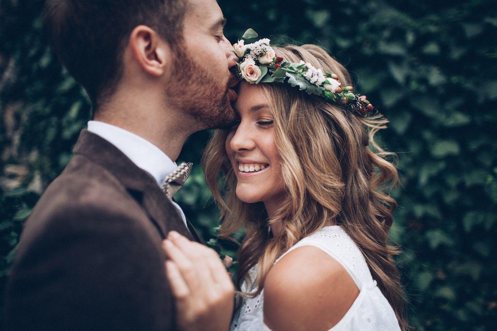 Najnodniejsze fryzury ślubne 2020 to te stawiajace na naturalność