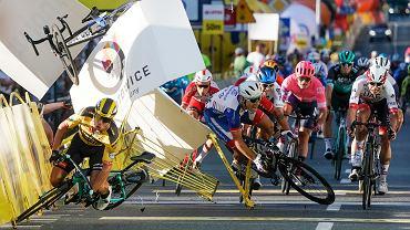 Tour de Pologne. Dramatyczna kraksa na mecie środowego etapu w Katowicach. Z lewej Holender Dylan Groenewegen, którego niebezpieczna jazda spowodowała całą sytuację