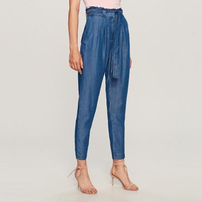 Te spodnie świetnie podkreślają talię i optycznie wysmuklają