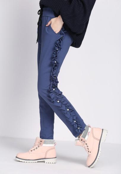 Najmodniejsze spodnie sezonu: model z lampasami w stylu