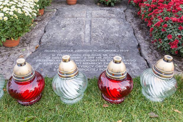 Zdjęcie numer 5 w galerii - Znicze pod pomnikiem ofiar zbrodni pomorskiej 1939 [ZDJĘCIA]