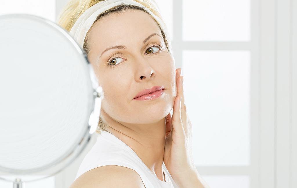 Makijaż dla 50-latki. Jak się malować, by odjąć sobie lat? Oto zasady, które musisz znać