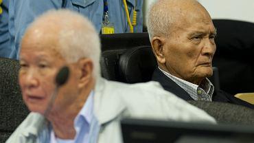 Trybunał pod egidą ONZ zdecydował, że dwaj ostatni przywódcy reżimu Czerwonych Khmerów dopuścili się ludobójstwa. Nuon Chea (p), który dziś ma 92 lata, był prawą ręką Pol Pota, a o pięć lat młodszy Khieu Samphan (l) był szefem utworzonej przez reżim utopijnej komunistycznej Kampuczy. Obaj zostali skazani na dożywocie.