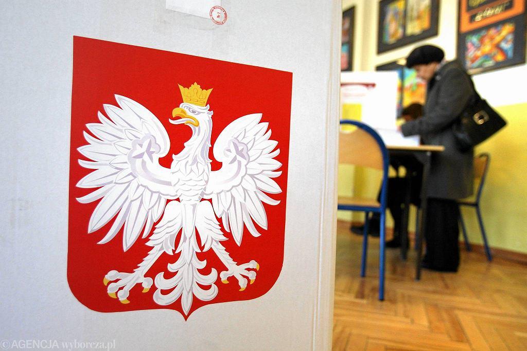 Godło Polski w lokalu wyborczym