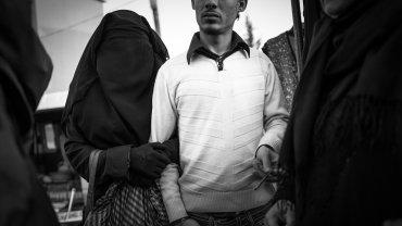 Syryjczyk z żoną poślubioną dwa tygodnie wcześniej spacerują między straganami na środowym bazarze