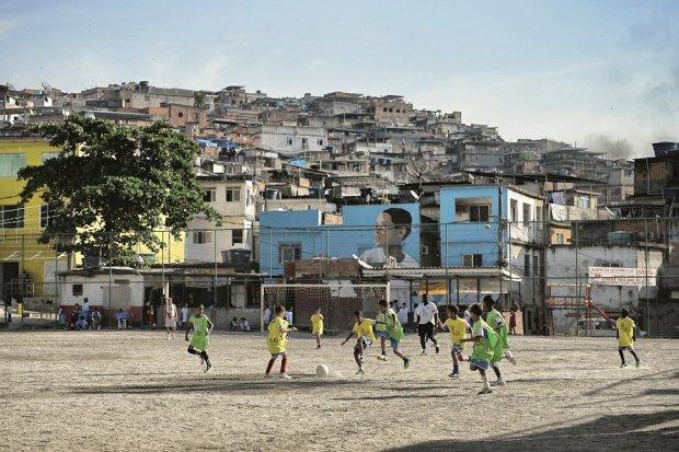 Są przykryte blachą falistą przyszkolne i?dzielnicowe quadras, Są też improwizowane boiska w?slumsach faveli, elegancko wypełniające pustą przestrzeń i wolny czas., fot. Laurence Griffiths/Getty Images