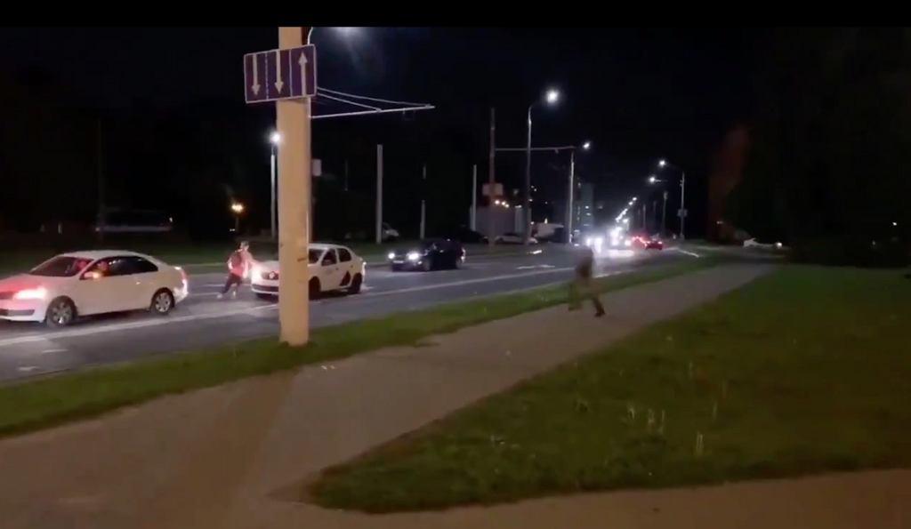 Dramatyczne nagranie z Mińska. Uczestnik protestu w ostatniej chwili schował się w taksówce